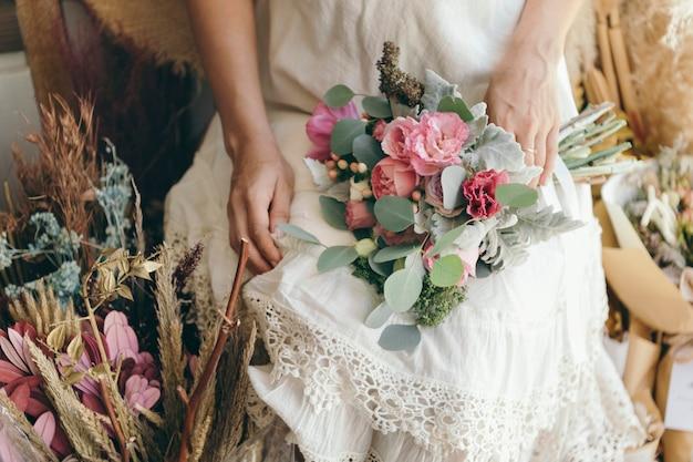 Femme tenant un beau bouquet vibrant