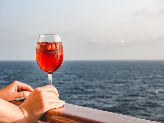 Femme tenant un beau verre de vin