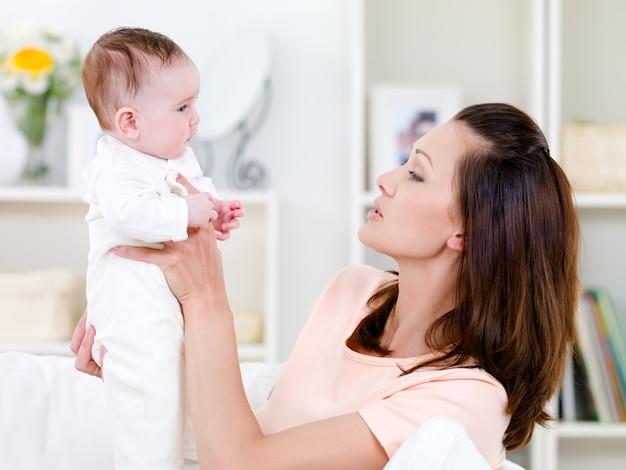 Femme tenant bébé nouveau-né