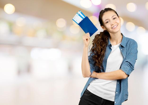 Femme tenant un billet d'avion isolé