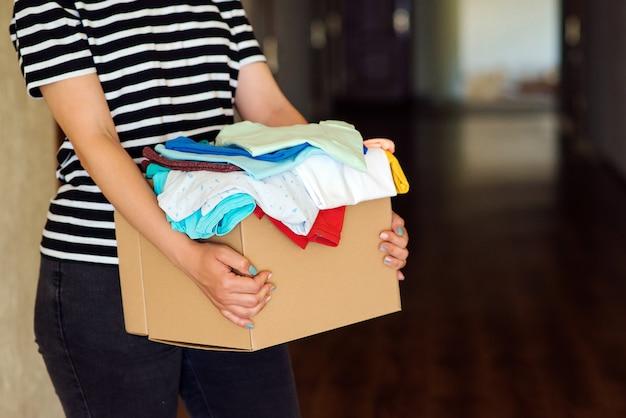 Femme tenant une boîte de don