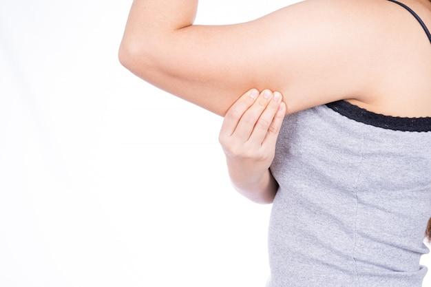 Femme tenant un bras de graisse excessive isolé