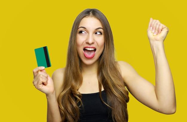 Femme tenant une carte de crédit et montrer le poing