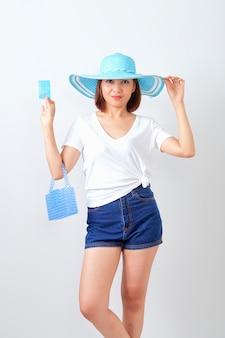 Femme tenant une carte de crédit pour les vacances d'été