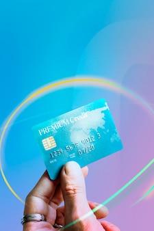 Femme tenant une carte de crédit premium