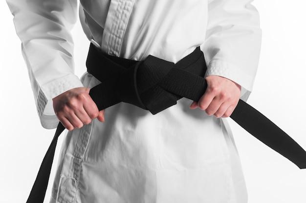 Femme tenant une ceinture noire de karaté