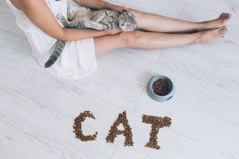 Femme tenant le chaton sur les mains