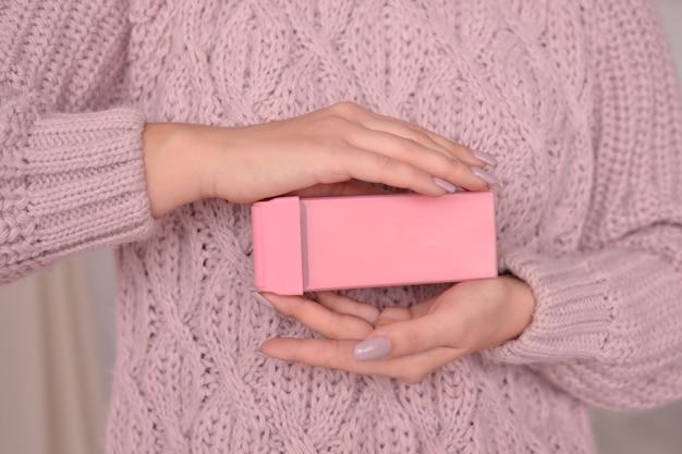 Femme tenant de la cire dans une cassette