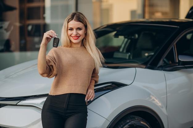 Femme tenant les clés de sa nouvelle voiture