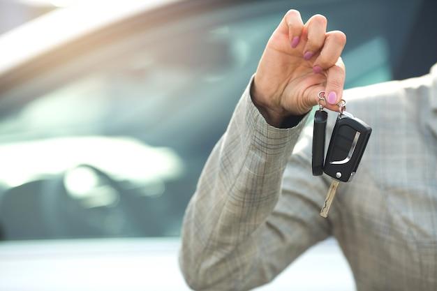 Femme tenant des clés de voiture