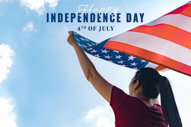 Femme tenant le concept de la journée des états-unis de l'indépendance.
