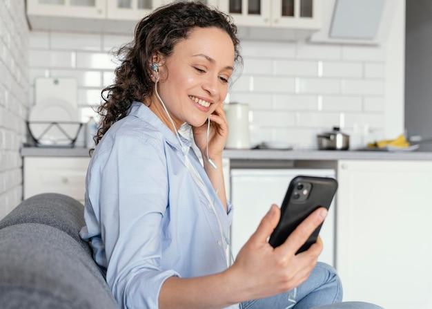 Femme tenant un coup moyen de téléphone