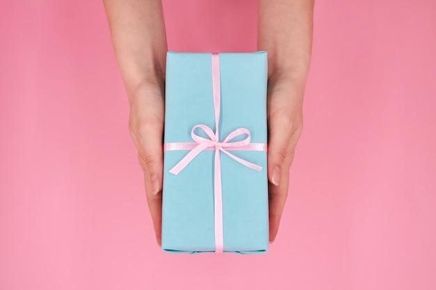 Une femme tenant dans les mains boîte-cadeau de noël