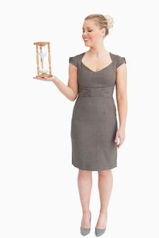 Femme tenant dans sa main un sablier
