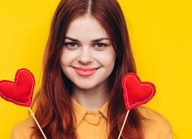 Femme tenant des décorations en forme de coeur
