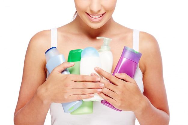 Femme tenant différentes lotions