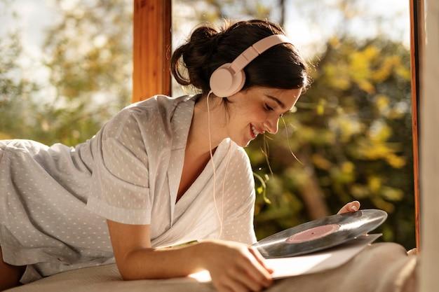 Femme tenant un disque vinyle coup moyen