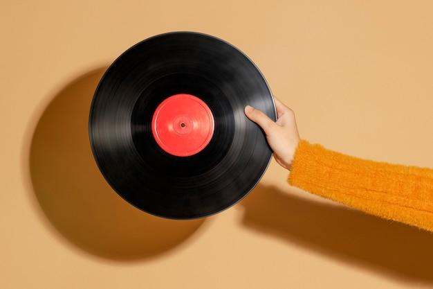 Femme tenant un disque vinyle