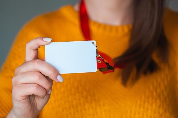 Femme tenant une étiquette de nom de badge,
