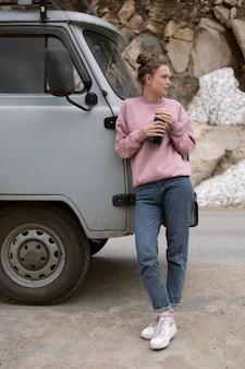 Femme tenant un flacon complet