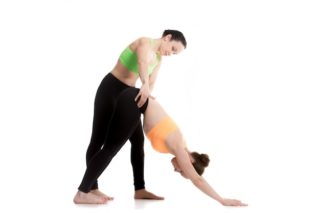 Femme tenant la hanche à une autre femme