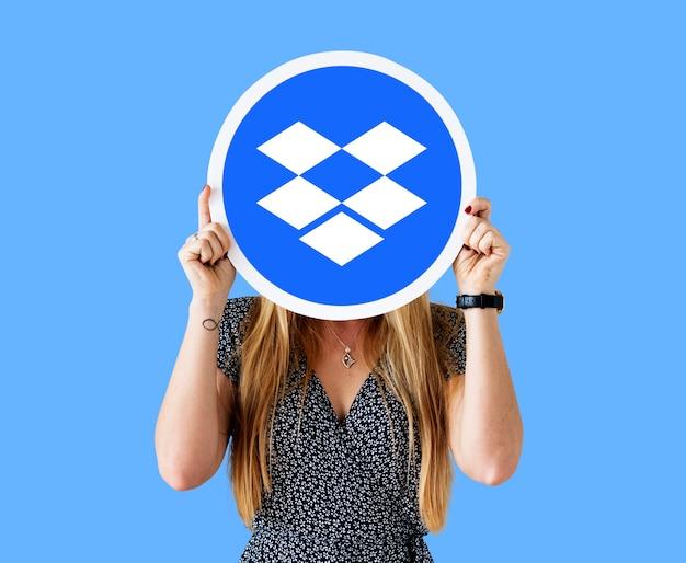 Femme tenant une icône du logo dropbox