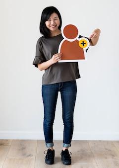 Femme tenant une icône de réseau social