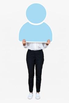 Femme tenant une icône d'utilisateur bleu