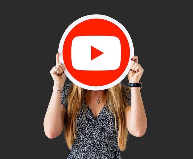 Femme tenant une icône youtube