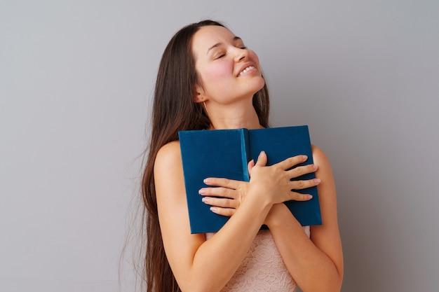 Femme tenant un livre dans ses mains