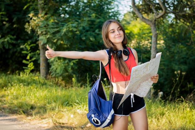Femme tenant une main en auto-stop