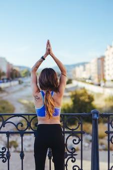 Femme tenant la main debout dehors