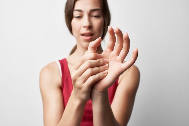 Femme tenant la main douleurs articulaires doigts traitement problèmes de santé. photo de haute qualité