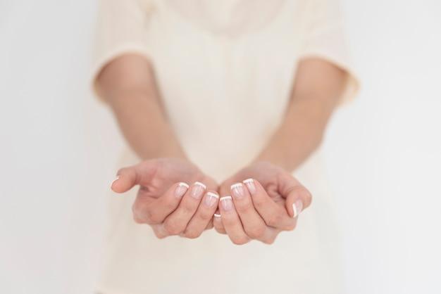 Femme, tenant mains, gros plan