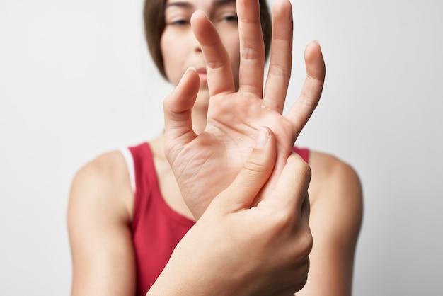 Femme tenant la médecine de traitement de douleur de doigt de main