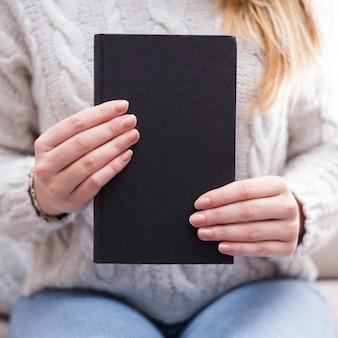 Femme tenant un modèle de couverture de livre