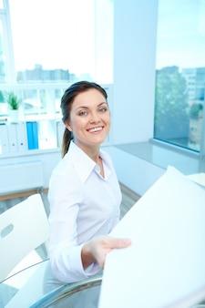 Femme tenant un morceau de papier
