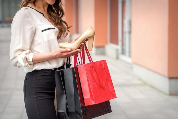 Femme tenant une nouvelle chaussure à talons hauts