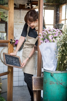 Femme tenant une pancarte ouverte