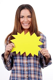 Femme tenant un panneau jaune isolé sur fond blanc