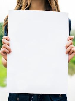 Femme tenant un papier vierge concept
