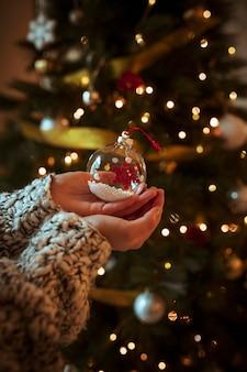 Femme tenant une petite boule à la main