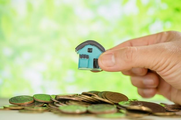 Femme tenant une petite maison