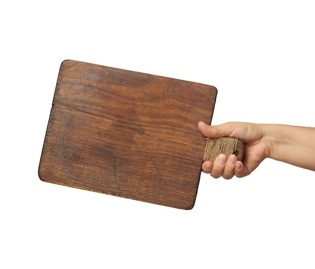 Femme tenant une planche de bois rectangulaire brun blanc dans la main