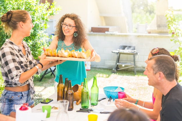 Femme tenant un plateau avec des tranches de melon