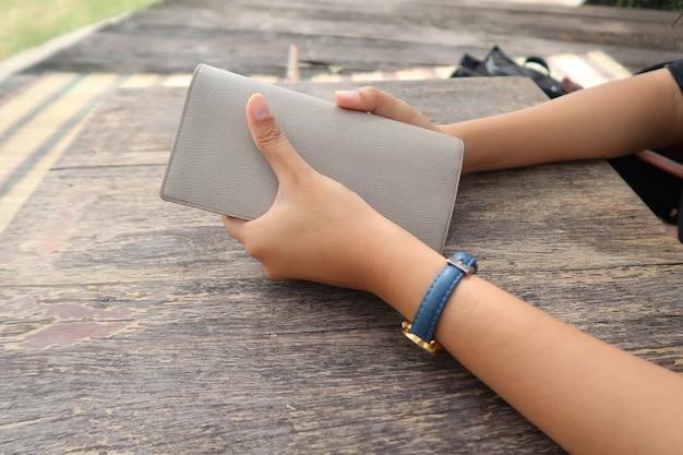 Femme tenant le portefeuille dans ses mains.