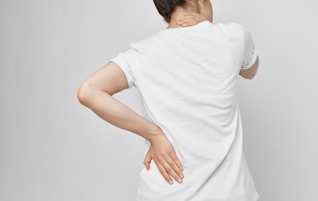Femme tenant des problèmes de santé du cou traitement médicamenteux inconfort