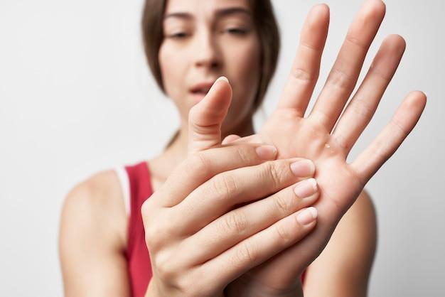 Femme tenant des problèmes de santé de traitement de doigts de douleur articulaire de main