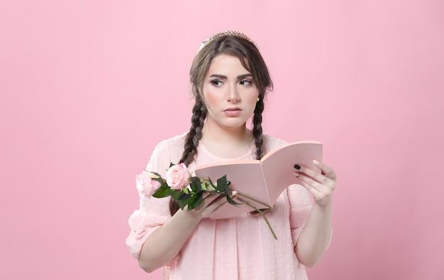 Femme tenant des roses pas impressionnées par ce qu'elle a lu dans un livre