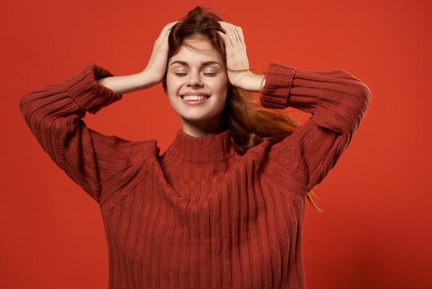 Femme tenant sa tête coiffure décoration studio de mode